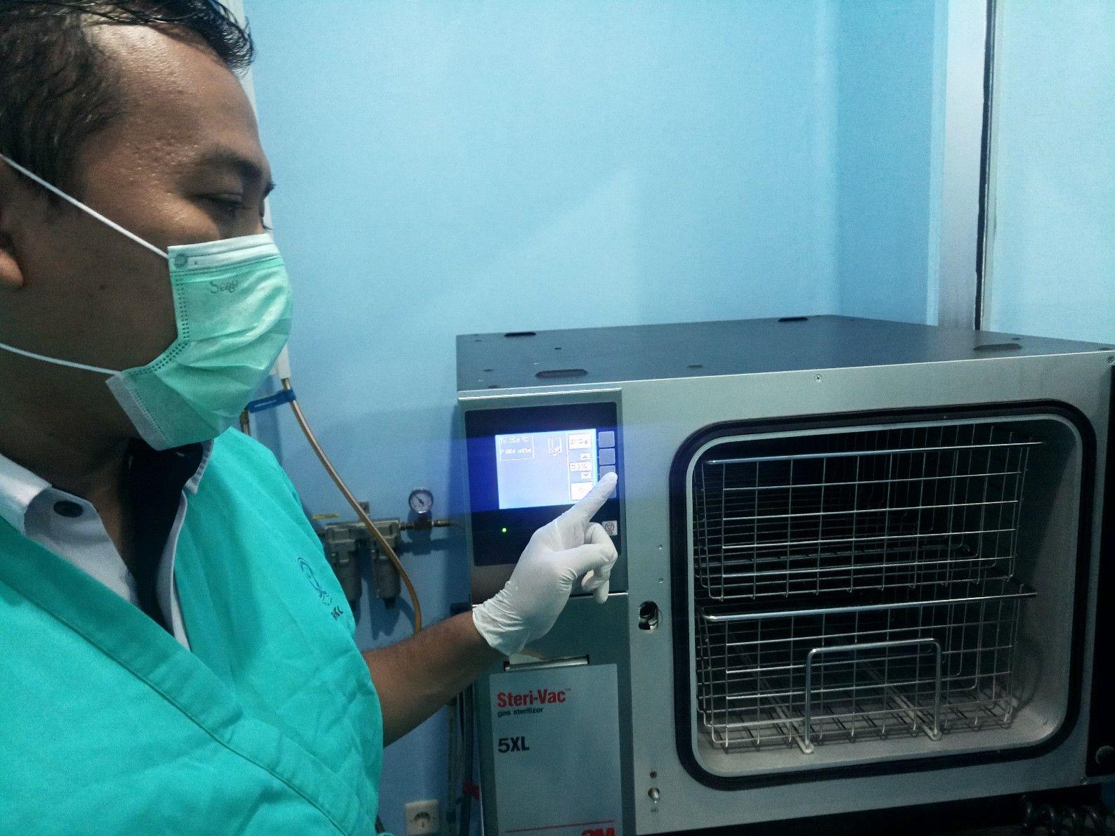 Deskripsi : Muhammad Arief Hidayat, SKep., RN menerangkan pentingnya sterilisasi di fasilitas kesehatan I Sumber Foto : dokpri RSKO