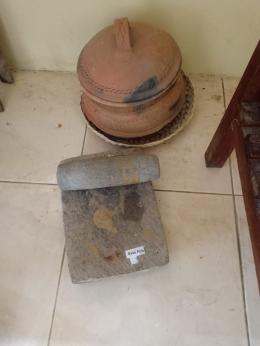 Batu giling bumbu dan peralatan memasak jaman dulu (dokumen pribadi)