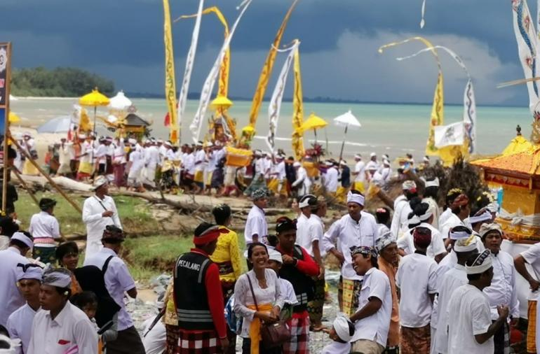 Upacara melis di pantai Madani, Kabupaten Tanah Bumbu, Kalsel. Foto | Dokpri