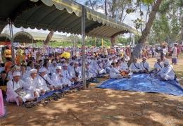 Para tokoh dan pendita Hindu di tengah upacara melasti. Foto | Dokpri