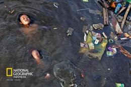 Kita diantara Sampah. Foto : National Geographic Indonesia