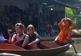 Perempuan Pendayung Sampan (Dokumentasi Pribadi)