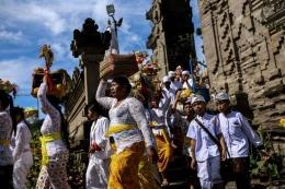 Upacara Melasti di Pura Ulun Danu Beratan di Desa Candikuning, Kabupaten Tabanan, Bali, Senin (04/03/2019) | Kompas.com/Garry Lotulung