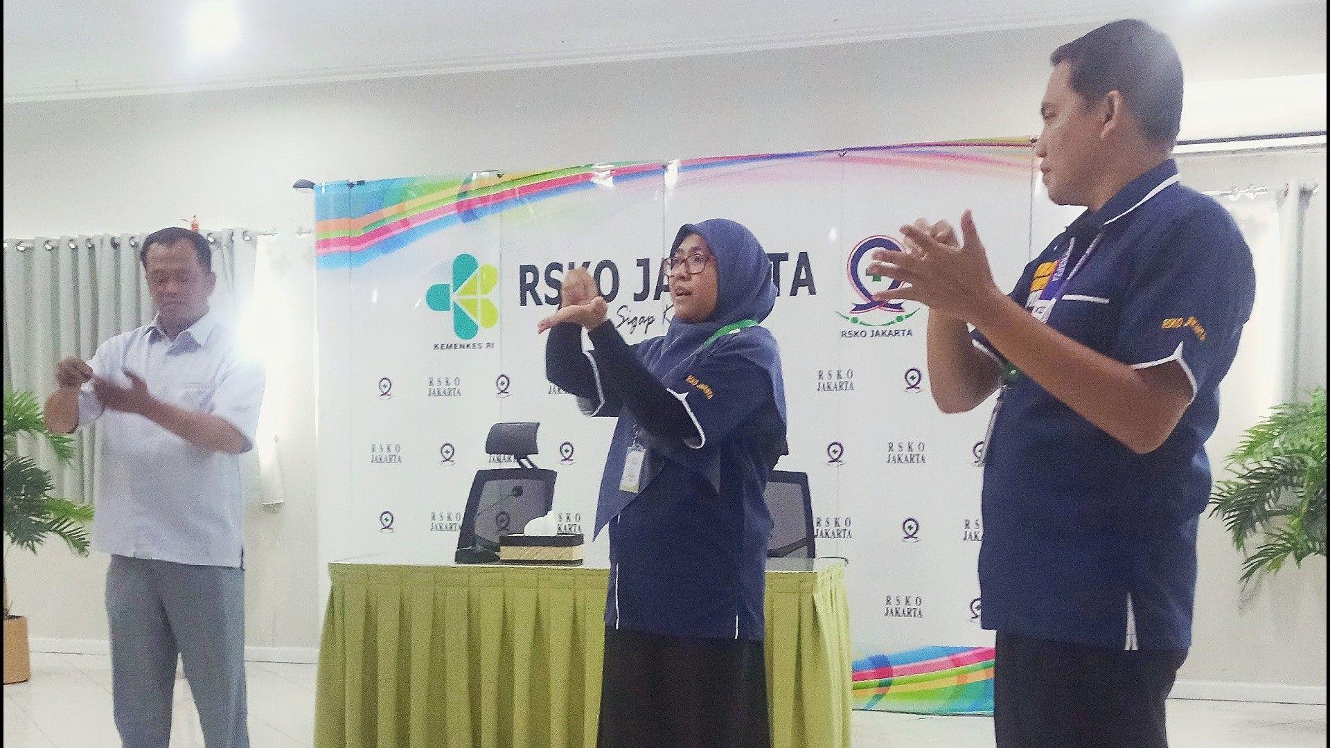Deskripsi : Zulia Alviana, Amk, mempraktekkan hand hygiene didepan para peserta I Sumber Foto : dokpri humas RSKO