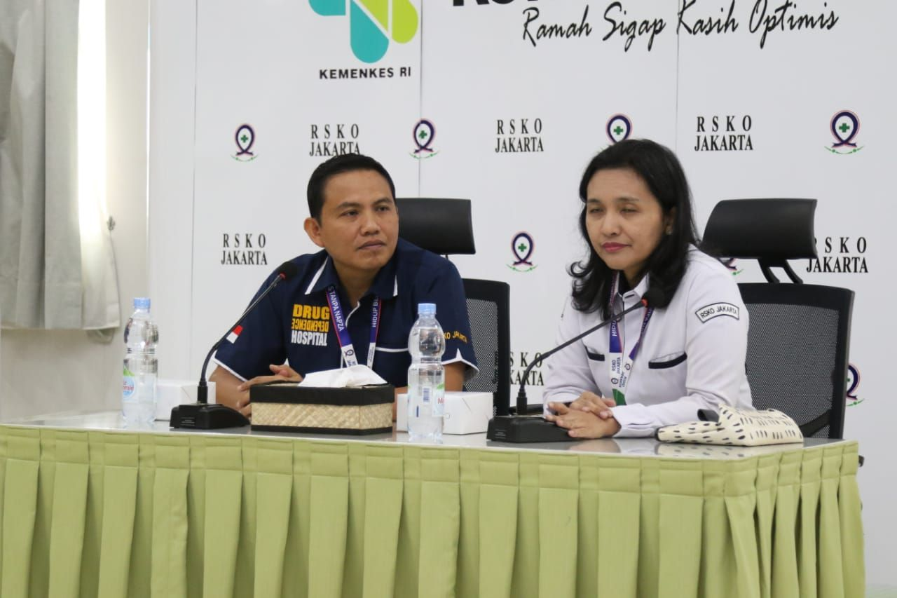 Kepala Bidang Medik RSKO Jakarta, dr.Parulian Sandy Noveria, MKK dan IPCN (Infection Prevention Control Nurse) Ns.Dur Akmal S.Kep. I Sumber Foto : dokpri PKRS
