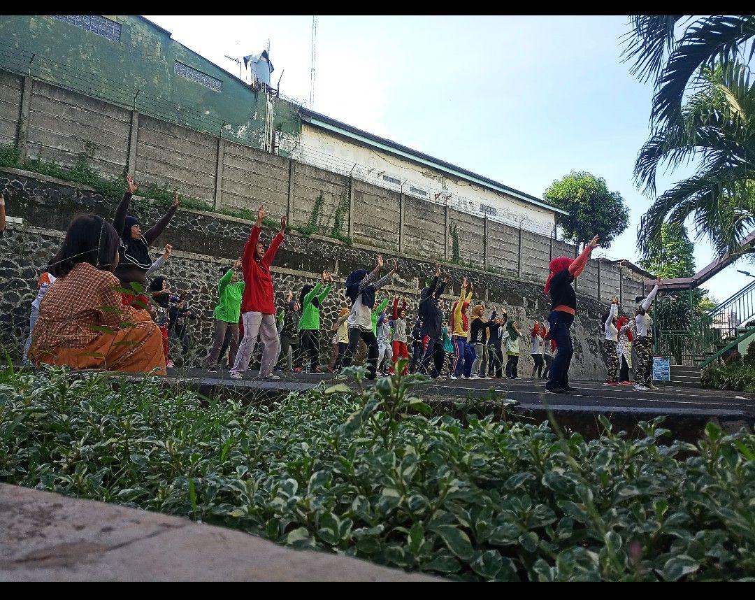 Deskripsi : RSKO Jakarta menyelenggarakan kegiatan rutin senam jumat sehat I Sumber Foto : dokpri