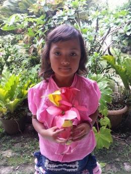 Foto bersama bunga dalam vasnya. Photo by Ari