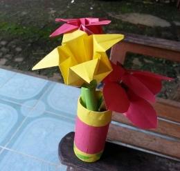 Bunga kertas di dalam vas. Photo by Ari