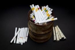 Sigaret Kretek Mesin/SKM (kiri) dan Sigaret Kretek Tangan/SKT (tengah) yang sudah mengalami modernisasi, ditandai dengan penggunaan bahan pembungkus kertas (papier). Sementara Kretek Klobot (kanan) masih menggunakan kulit jagung sebagai bahan pembungkus | Foto: flickr.com/photos/130075348@N08