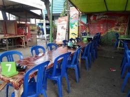 Pasar darurat ini jika malam berubah menjadi tempat makan seafood (dokpri)