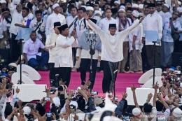 Pasangan capres-cawapres nomor urut 02 Prabowo Subianto (kiri) dan Sandiaga Uno menyapa pendukungnya saat kampanye akbar di Stadion Utama Gelora Bung Karno, Jakarta, Minggu (7/4/2019). (ANTARA FOTO / Hafidz Mubarak A)