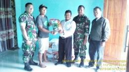Babinsa Koramil 0815/11 Pungging Bersama PPL Distribusikan Bantuan Benih Jagung (Dokpri)