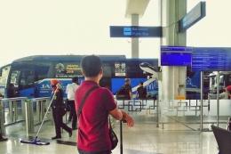 Penantian tak pasti di Shelter Bus Bandara Soeta (foto by widikurniawan)