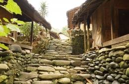 Jalan berbatu di kampung baduy