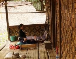 Menenun di teras rumah