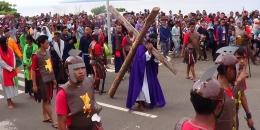 Ratusan Umat Katolik dari gereja Imanuel Sanggeng, Manokwari, Papua Barat, Jumat (25/3/2016), mengikuti proses Jalan Salib, dalam memperingati Jumat Agung.(kompas.com/Budy Setiawan Kontributor Kompas Tv Manokwari)