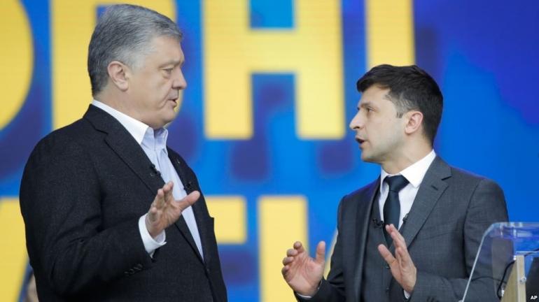 Presiden Ukraina Petro Poroshenko (kiri) pada acara debat dengan penantangnya, bintang komedi Volodymyr Zelenskiy di ibu kota Kyiv (19/4). Gambar: voaindonesia.com