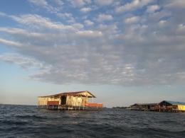 Bangunan di atas air masih dijumpai meski agak jauh dari perkampungan (dokpri)