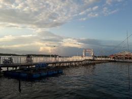 Jembatan panjang menuju rumah makan terapung (dokpri)