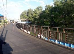 Jalan ke perkampungan berupa jembatan kayu ulin (dokpri)