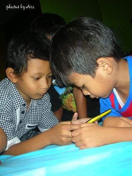 Foto para anak-anak yang sangat suka main gawai sejak kecil. Photo by Ari