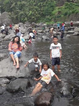 Anak-anak bermain di sungai. Photo by Ari