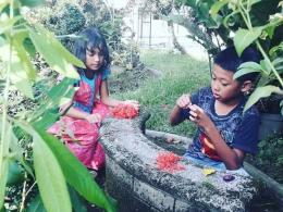 Dua keponakan bermain masak-masakan. Photo by Ari