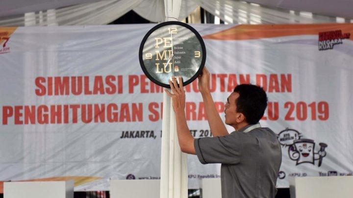 Ilustrasi: Petugas Kelompok Penyelenggara Pemungutan Suara (KPPS) menyiapkan pernak-pernik dalam Simulasi Pemungutan dan Penghitungan Suara Pemilu Serentak 2019 di halaman parkir Gedung Komisi Pemilihan Umum (KPU) Jalan Imam Bonjol, Jakarta Pusat, Selasa (12/3/2019). | Foto: KOMPAS/WAWAN H PRABOWO