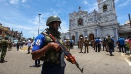 Polisi Sri Lanka berjaga di depan gereja (Sumber Foto: https://www.krdo.com )