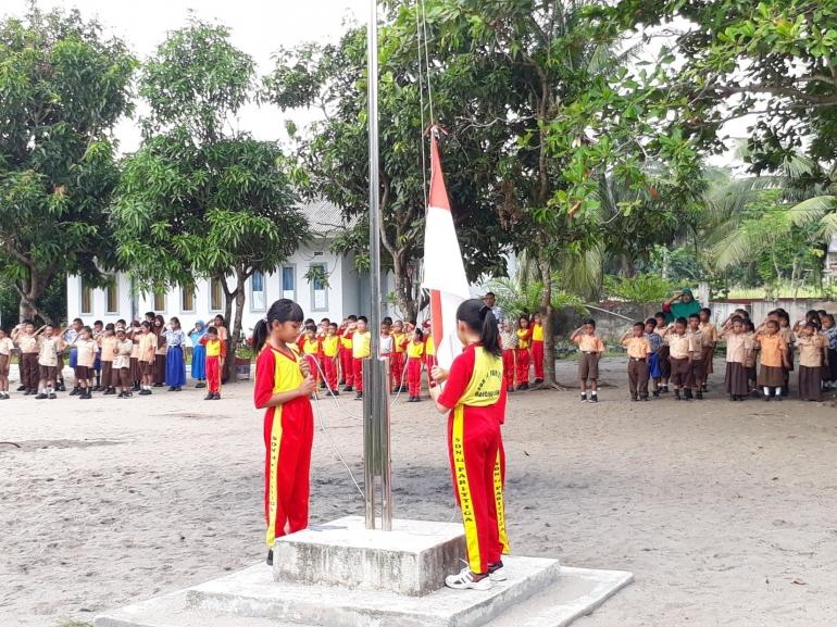 Upacara peringatan hari pendidikan nasional di SD Negeri 14 Parittiga - dokpri