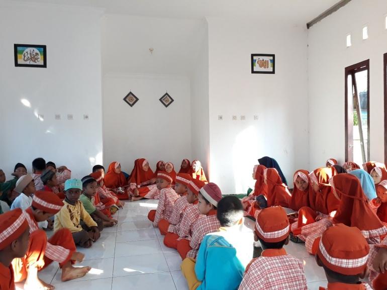 Aktivitas baca Yaasiin setiap Jum'at pagi sebelum mengawali pelajaran di kelas, di SD Negeri 14 Parittiga
