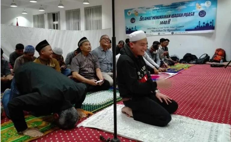 Ustadz Adia Putra Wirman usai pimpin jamaah Shalat Isya. (Faqih/UNY/BUAA)