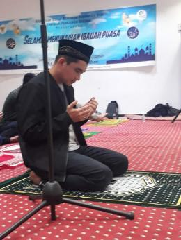 Ustadz Rizki Rinaldi usai pimpin jamaah tarawih dan witir. (Faqih/UNY/BUAA)