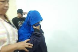 Polda Metro Jaya menangkap menangkap dua perempuan yang diduga merekam dan menyebarkan video HS, tersangka yang mengancam penggal kepala Presiden Joko Widodo, Rabu (15/5/2019). (KOMPAS.COM/ RINDI NURIS VELAROSDELA).
