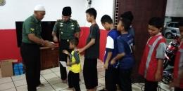 Danramil 05/Tanah Abang bersama anggota juga menyantuni anak yatim dan dhuafa pasca sahur bersama | dokpri