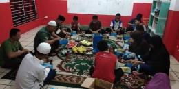 Danramil 05/Tanah Abang bersama anggota sedang menyantap makan sahur bersama anak yatim dan dhuafa | dokpri