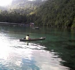 foto:seorang pemuda yang lagi menikmati laut ingalo