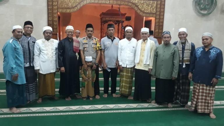Kapolsek Cengkareng berfoto bersama DKM Masjid Al-Hidayah, Ulama, Tokoh Agama dan Tokoh Masyarakat