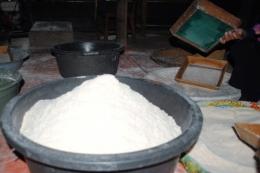 foto:pengelolaan sagu mentah menjadi sagu masak dengan alat sederhana di desa umera