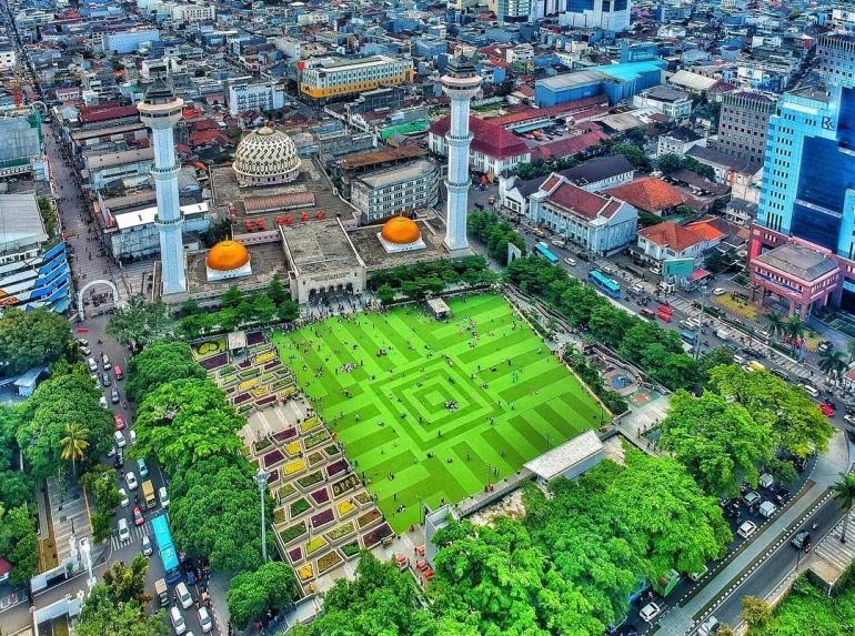 masjid raya bandung dan suasana sekelilingnya/travelingyuk.com