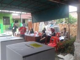 KPPS sedang melayani pemilih. Suasana pagi maih terlihat sepi. (dok. pribadi)