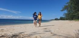 Pasir putih dgn birunya langit & laut dipadu hijaunya pepohonan merupakan pemandangan yang bisa dinikmati di Pantai Puru Kambera (dokpri)