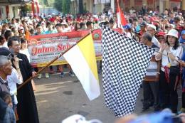 Bendera start dikibarkan menandai dimulainya jalan sehat HUT ke 55 Paroki St. Yosep Purwokerto (280519)