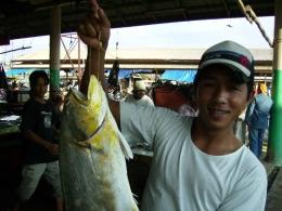 Suasana Pasar Ikan Muntok. Picture taken by Safri Ishak, Pasar Muntok Bangka, 22-APR-2011.