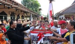 Pelepasan burung oleh 7 tokoh agama sebagai simbol toleransi dan kebebasan beragama di kegiatan Jalan Sehat HUT ke 55 Paroki St. Yosep Purwokerto