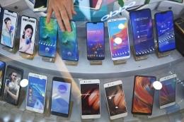 2020, Huawei diprediksi akan menguasai pasar ponsel pintar melewati Samsung dengan trend pertumbuhan penjualannya yang meningkat pesat dan positif. sumber : the boston globe