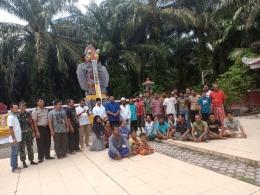 Bupati Siak, Alfedri saat bertandang ke Kampung Bali di kandis pada momen peresmian jaringan listrik. (dok/PanjiASyuhada)