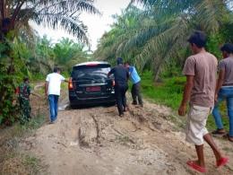 Mobil yang membawa Bupati Siak, Alfedri saat menyusuri askes jalan ke kampung Bali, Kandis Riau 26 mei 2019 (dok/PanjiASyuhada)