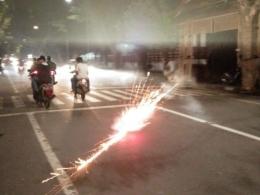 Warga menyalakan petasan dan meledakkannya di tengah jalan (04/06/19).dokpri