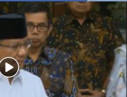 SBY nampak menunggu, sebelu melipat tangan   Gambar: Tangkapan Youtube